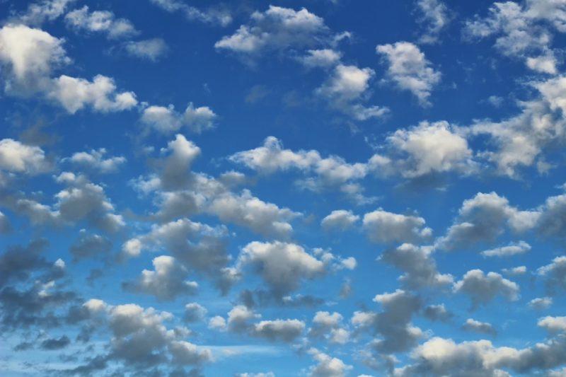De qué color son las nubes